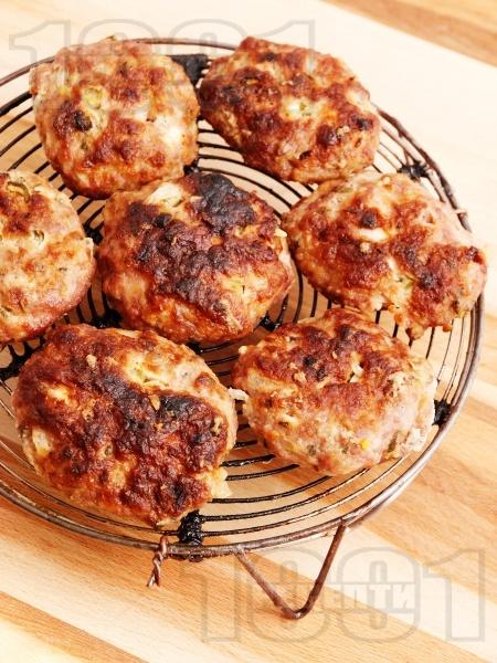 Кюфтета от свинска и телешка кайма на скара - снимка на рецептата